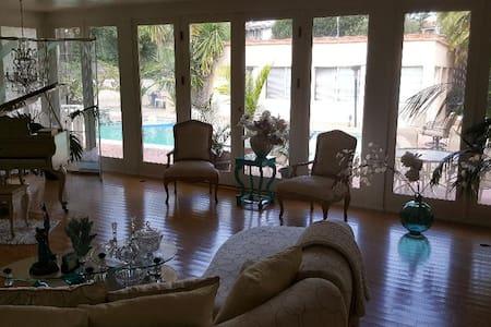 Beautiful room, 10 min to LAX, PVT BDR&BTH