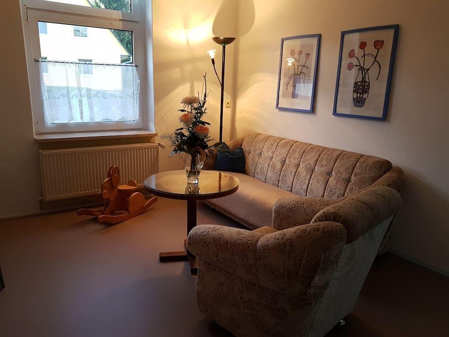 Wohnzimmer + Küche mit Schlafsofa