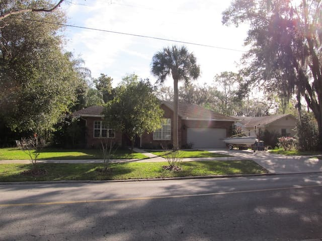 Charming Home on Oak Lined Street - Bartow - Casa