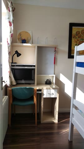 Ensuite bedroom near tube station in London - Woodford - House