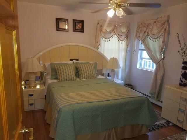 """Cozy one bedroom aka """"The Green room"""" (near JFK)"""