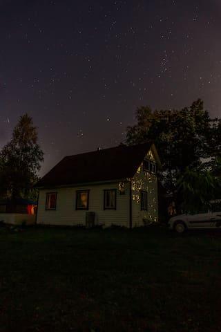 Уютный домик в деревне)