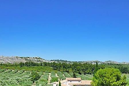 Coin secret en Provence. - Mouriès