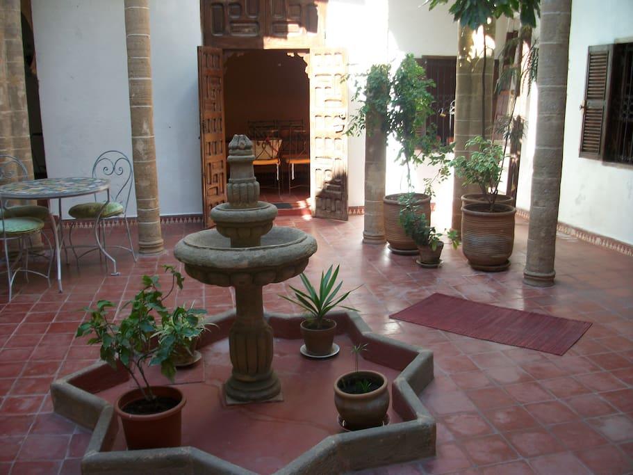 patio (accès aux chambres)