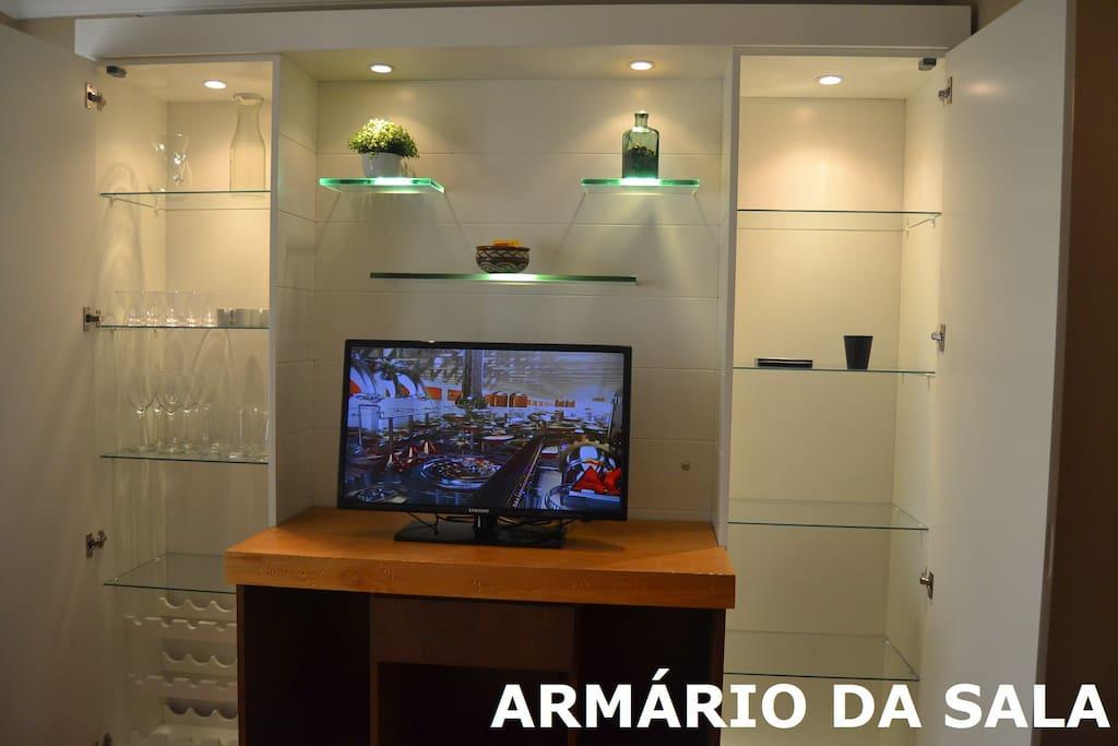 TV LCD e DVD, internet a cabo.