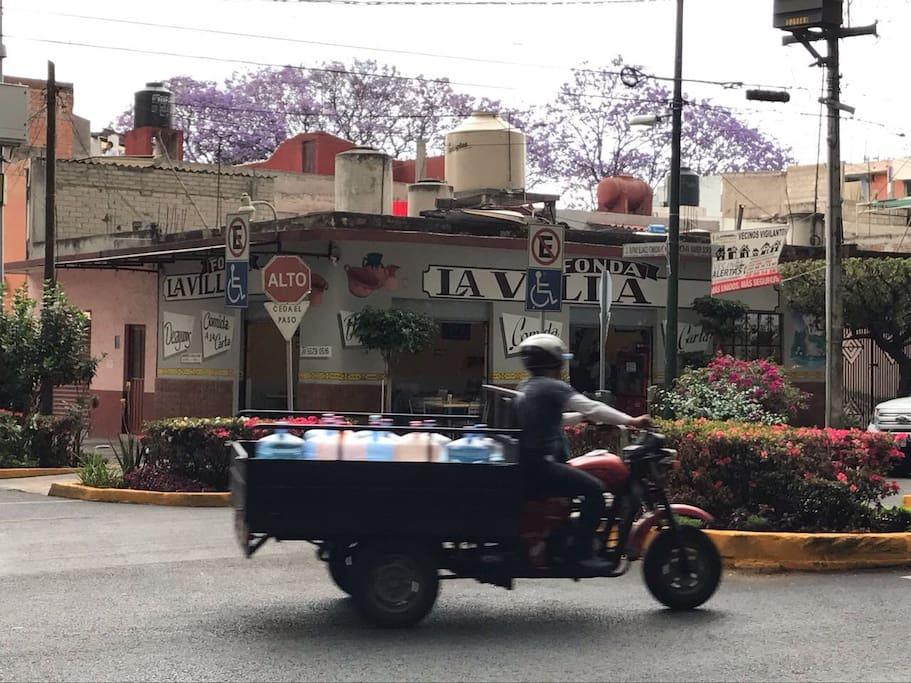Hay lugares para. Omer comida mexicana con menú del día a precios accisibles y con movimiento de servicios durante el día