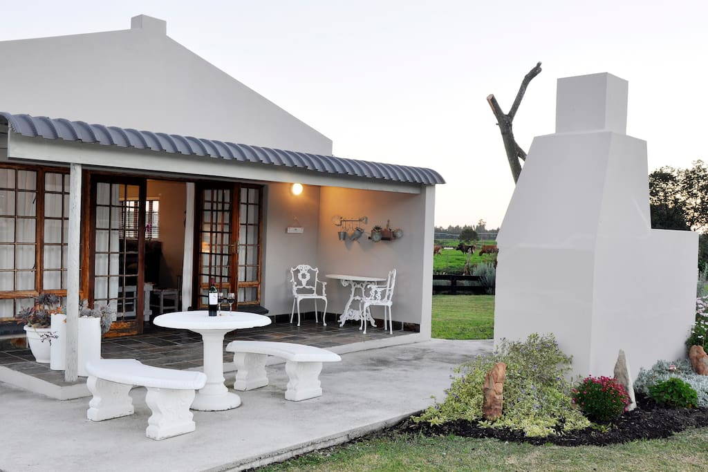 Cottage #1 - Sleeps 2 - Open plan lounge, kitchen with queen size bed opening onto a private patio with barbeque facilities and stunning mountain & garden views