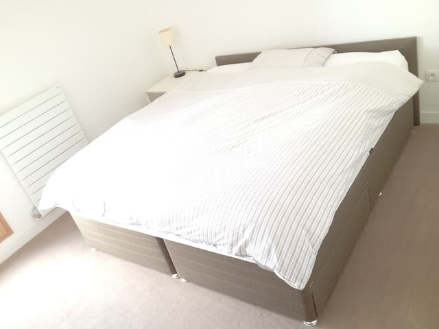 King Size bed very near Paris
