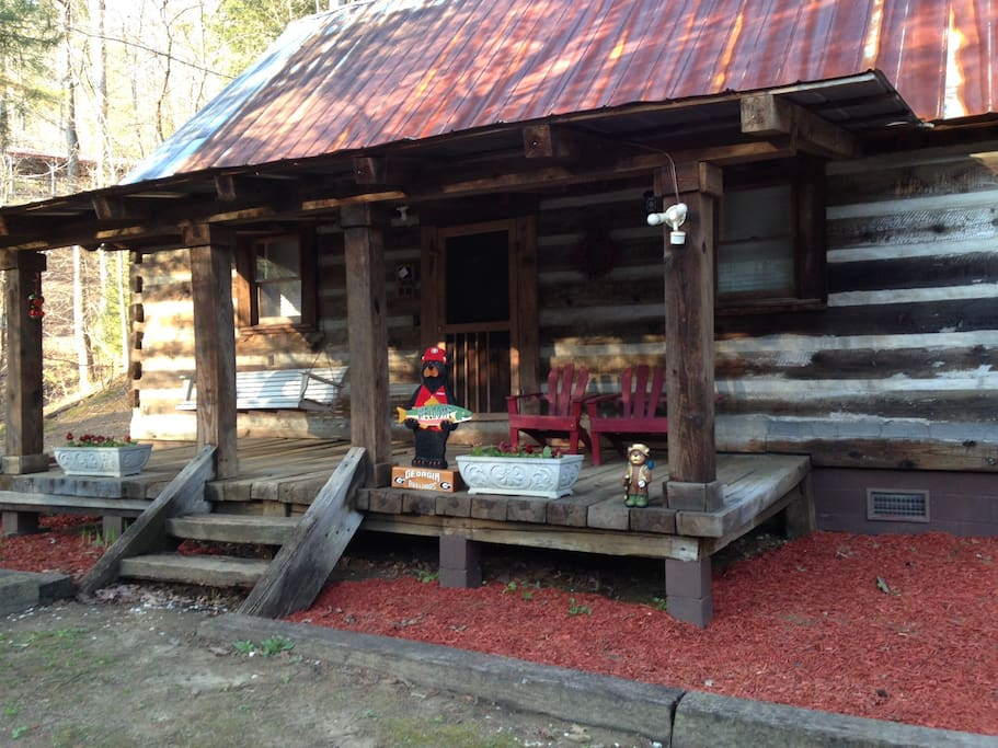 Beautiful Rustic Cabin in the serene North Ga montains!