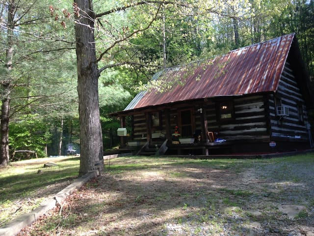 Rustic cabin nestled in the North Ga mountains right on Mountaintown Creek!