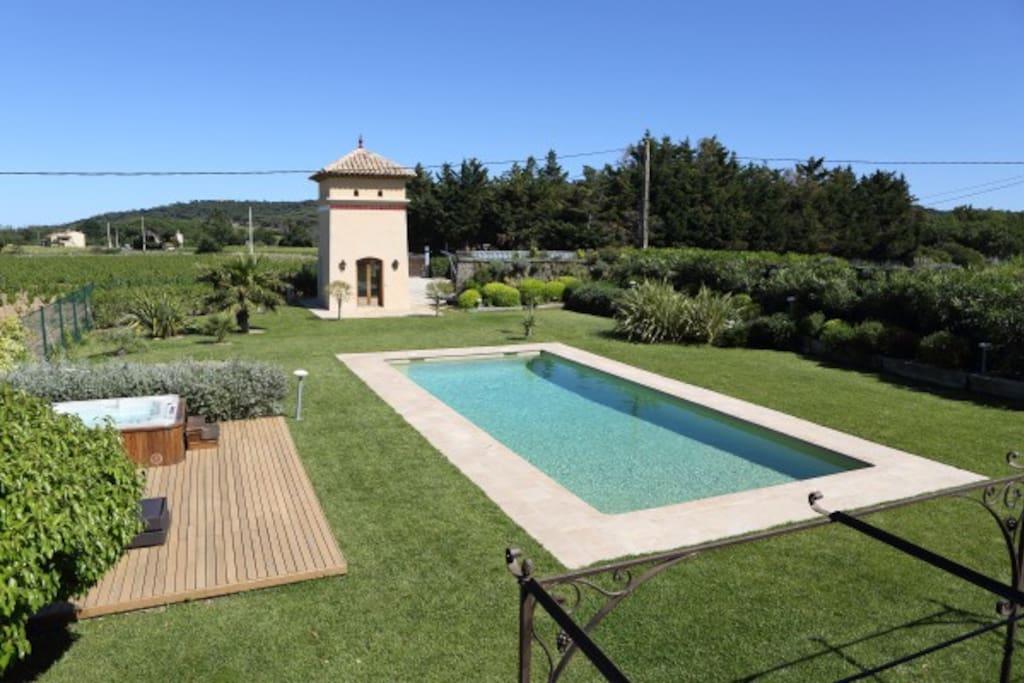 jardin avec piscine et jacuzzi