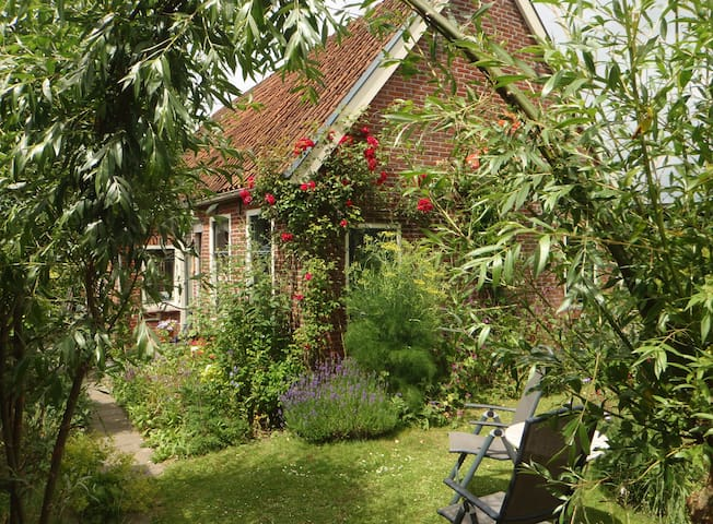 Romantic farmer's cottage near Wadden Sea. - Ternaard - Rumah