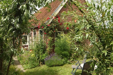 Romantic farmer's cottage near sea. - Hus