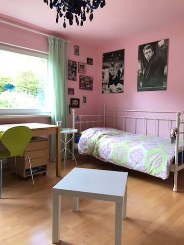 Gemütliches Zimmer mit Stadt- und Waldnähe - Kelkheim (Taunus) - Casa