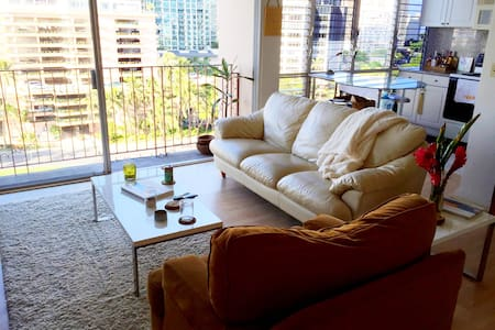 """Central Waikiki """"Penthouse"""" Suite"""