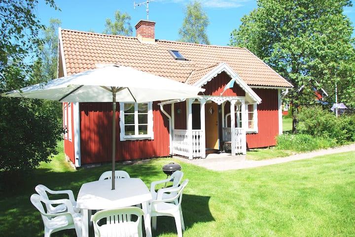 Söt stuga genuin småländsk bymiljö
