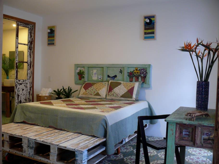 La cama  con su espaldar pintado a mano le da un caracter unico