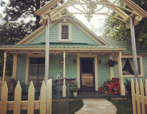 """""""Little Goat House"""" Loft & Gallery (4/20 friendly)"""