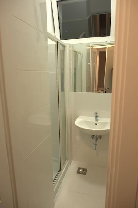 Private bathroom that belongs to Zadar Room.