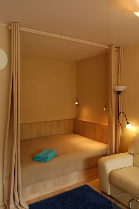 двухспальная кровать с единым матрасом