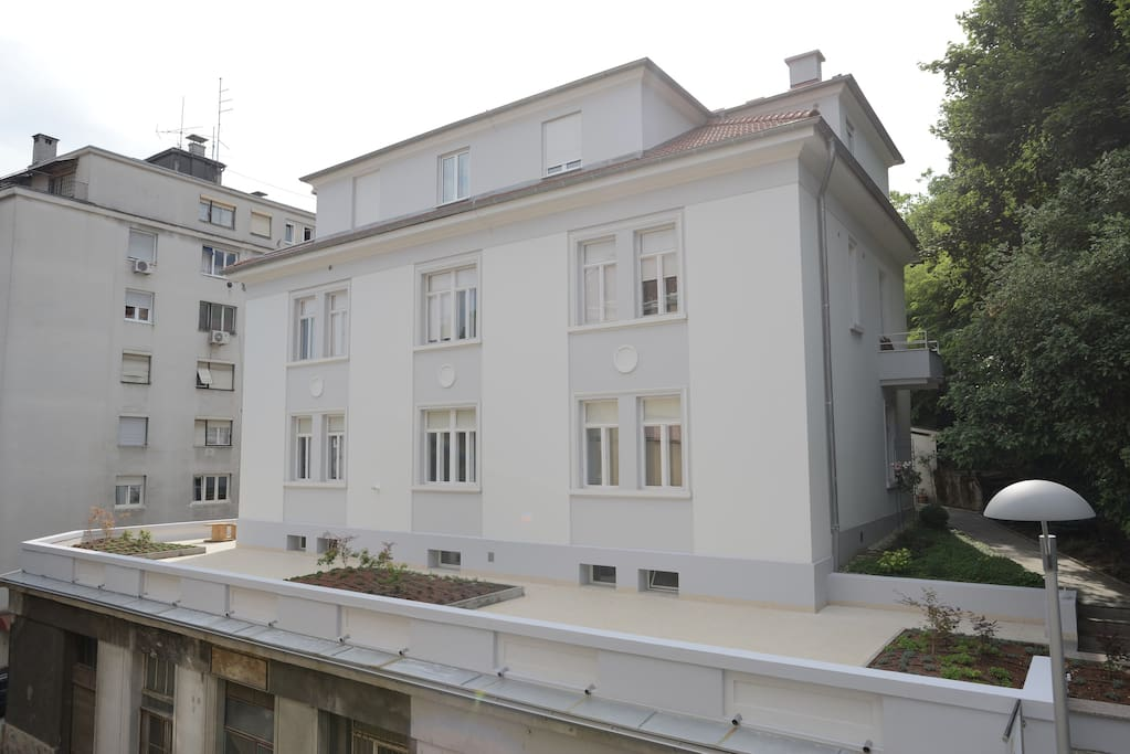 1920's fully refurbished villa, with 150 m2 terrace perched in front.