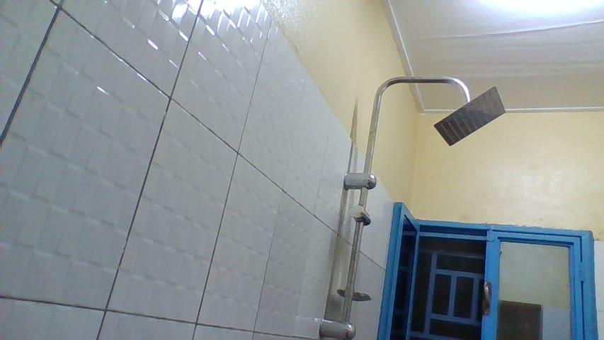 Chambre, salon, douche, cuisine, garage