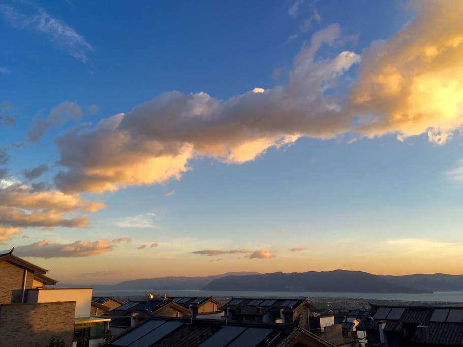 在阳台上看日出,朝霞飞满天
