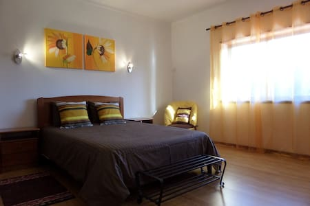Sunflower Room B&B (Quinta das Nogueiras 12378) - Foz do Arelho