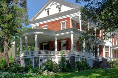 Emig Mansion Bed and Breakfast-Flora's - York
