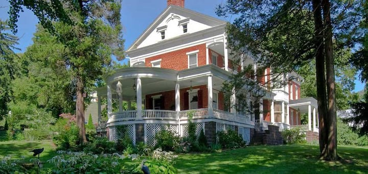 Emig Mansion Bed and Breakfast-Flora's