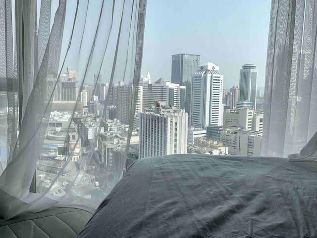 茉莉寓 地铁口出来即到 高层落地景观房 可做饭 高清投影  近罗湖口岸万象城地王大厦