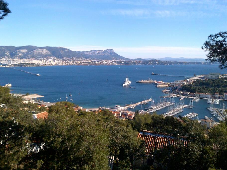Vue sur le port, le mont Faron et le Coudon