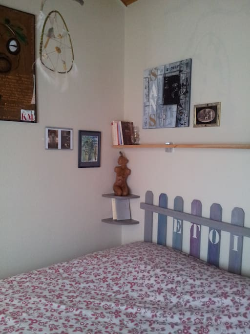 grand lit en 180, alèse et drap housse fourni pour cette dimension très confortable