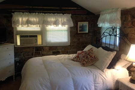 Cobblestone Cottage - Louisville - Cabin
