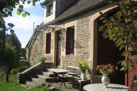 Authentic Burgundy farmhouse - Montreuillon - Hus