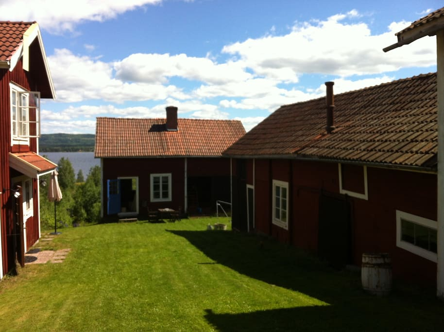 Markusgårdens gårdsplan med snickeri och ladugård. Farm yard with carpentry and barn.