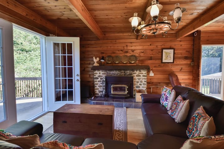 Sunset Pines Chalet w 340ft. of Private Lakefront. - Mansonville - Chalé