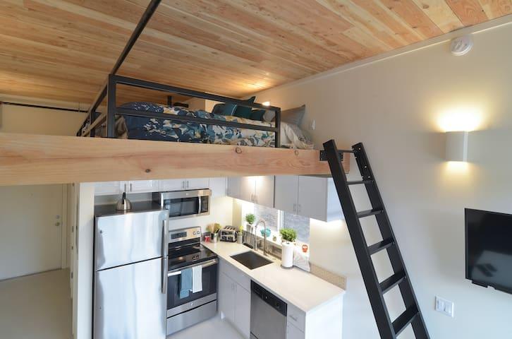 Modern Capitol Hill Studio/Loft with Full Kitchen