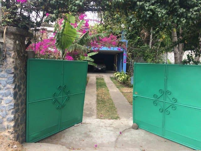 Preciosa casa bien ubicada - Panajachel - Huis