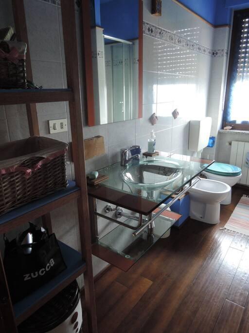 bagno con parquet in legno e doccia