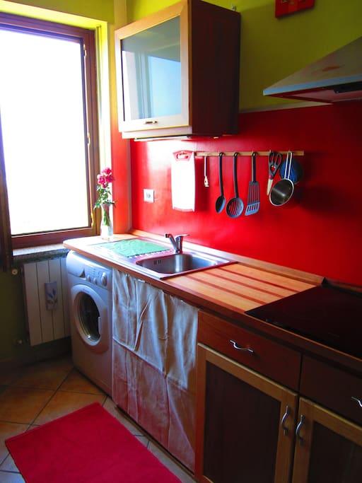 cucina con lavatrice e piano cottura a induzione