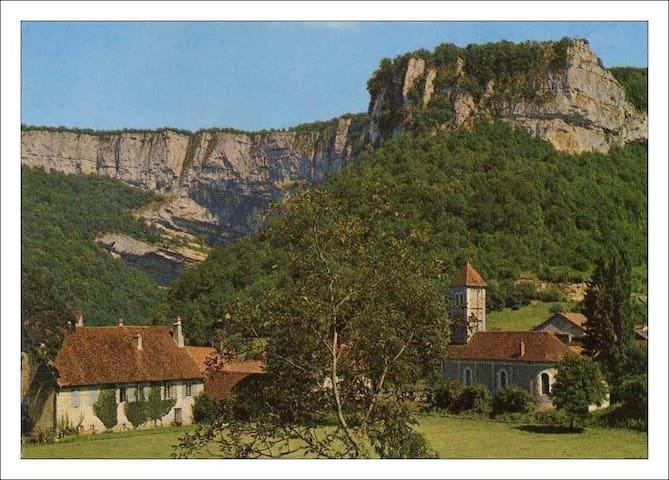 """Chambre d'hôtes """"Aux Re-Sources de la Reculée"""" - Les Planches-près-Arbois - Inap sarapan"""