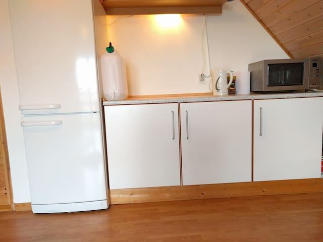 Privat gæsteværelse + badeværelse i eget anneks - Galten - Dom