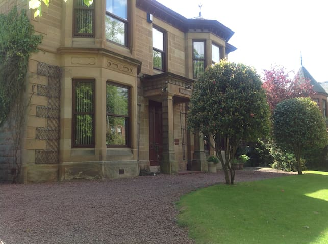 TRADITIONAL, SPACIOUS & WELCOMING - Glasgow - Villa