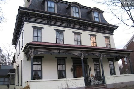 Gracious Old Home (Magdalena Room) - Hollidaysburg - Bed & Breakfast