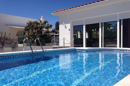 BONITA CASA SOLEADA CON PISCINA - Miami Playa - House