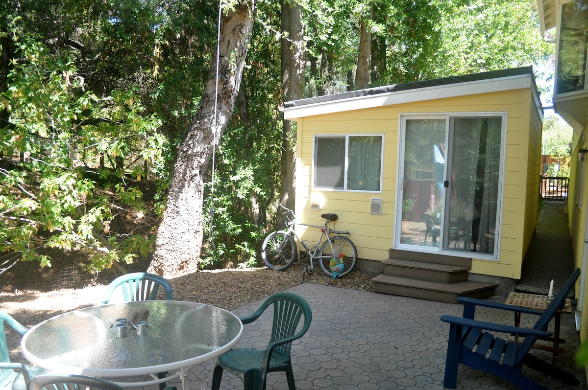 Stand Alone Creekside Cottage With Private Entrance. Yes, Comes With A  Mountainbike.