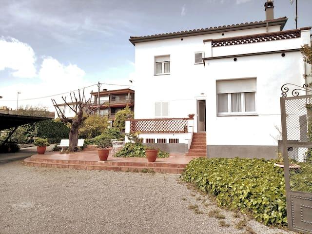Casa: piscina, jardín, pk. Banyoles, Girona.HUTG