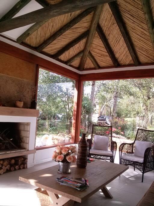salón agradable con chimenea y ventanas amplias
