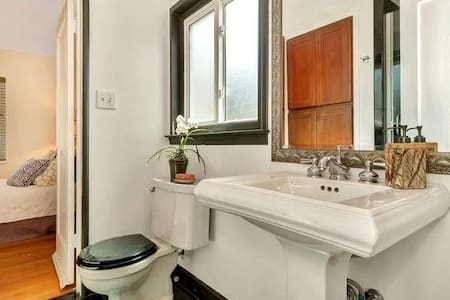 Bright Studio Private Bath nearBart - Castro valley - Bed & Breakfast